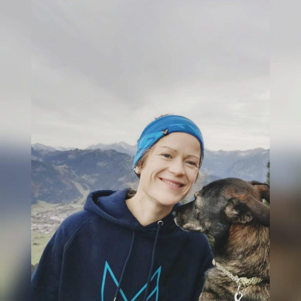 Yoga und Bergsport in Bad Reichenhall mit Lisa Burr - vor einer Bergkette sitzend