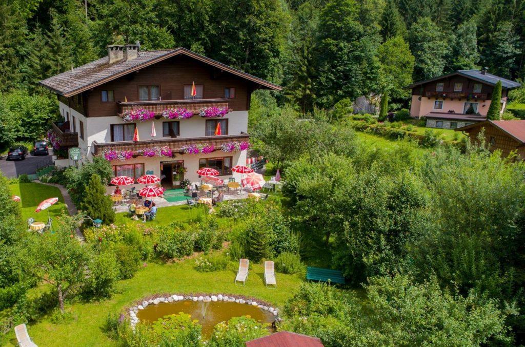 Pension Wildental mit Garten im Sommer
