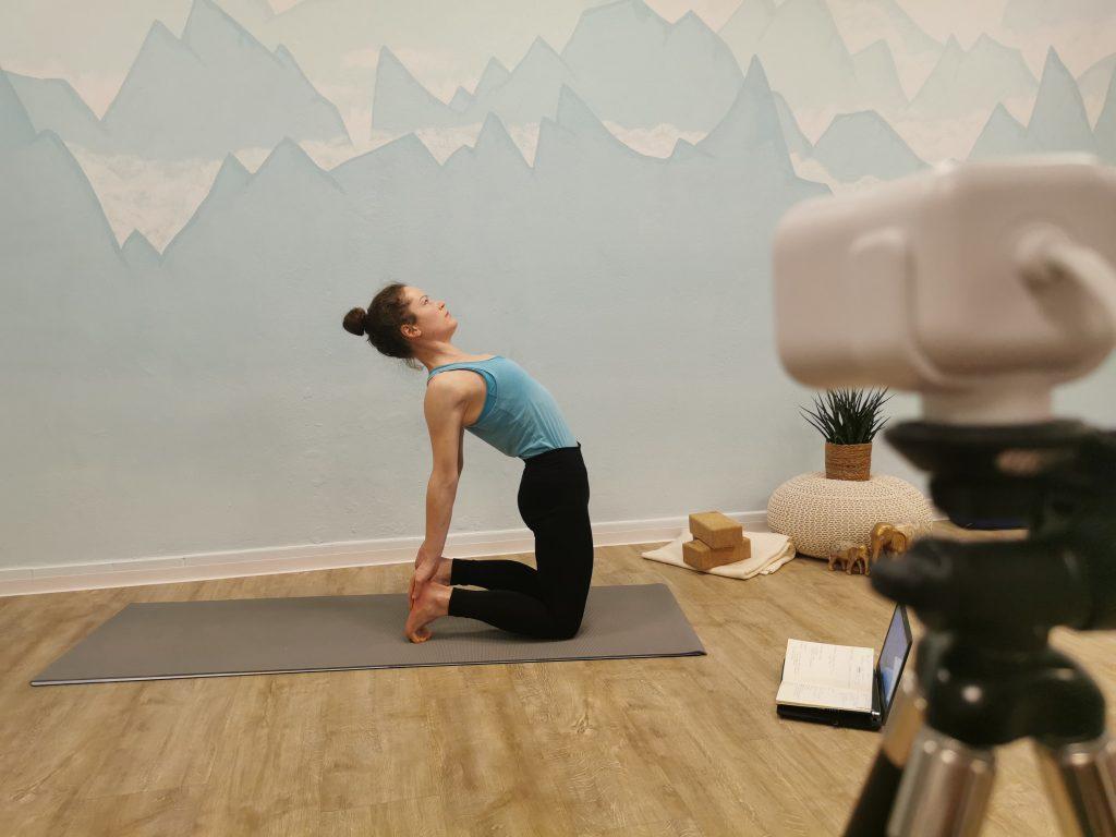 Mountainflow Yoga Bad Reichenhall hat auch ein Angebot für online Kurse - hier ist Lisa Burr vor der Kamera zu sehen in der Kamelstellung