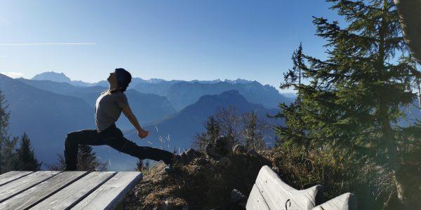 Yoga Geschenkgutschein für Bad Reichenhall - Auf dem Bild zu sehen ist Lisa Burr von Mountainflow Yoga vor einer Bergkette im Krieger 1